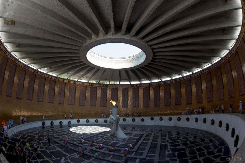 Зал Воинской славы. В центре: скульптурная композиция (рука, сжимающая факел) ::Волгогорад. 2015