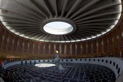 Зал Воинской славы. В центре: скульптурная композиция (рука, сжимающая факел)