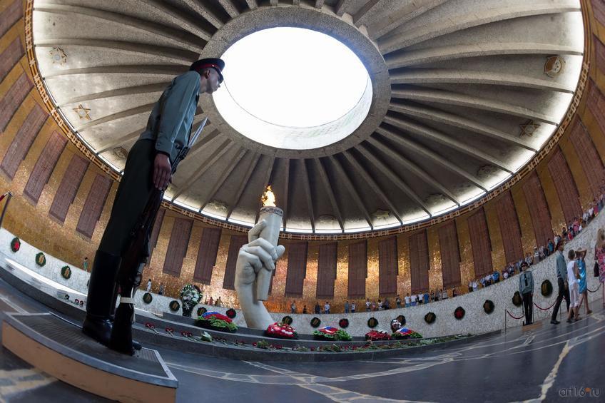 Зал Воинской славы (Мамаев курган). Часовой на посту::Волгогорад. 2015
