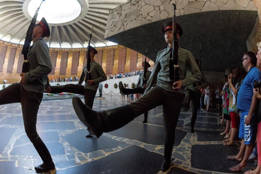 Смена почетного караула. Зал Воинской славы (Мамаев курган)::Волгогорад. 2015