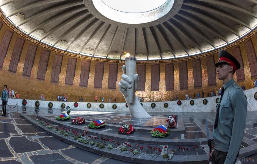 Возле скульптурной группы (факел в руке) всегда венки и цветы::Волгогорад. 2015