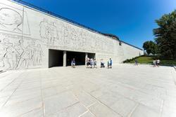 На стене над входом расположена памятная надпись:
