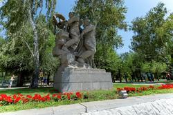 Скульптурная группа: Воины, уничтожающие гидру и свастику