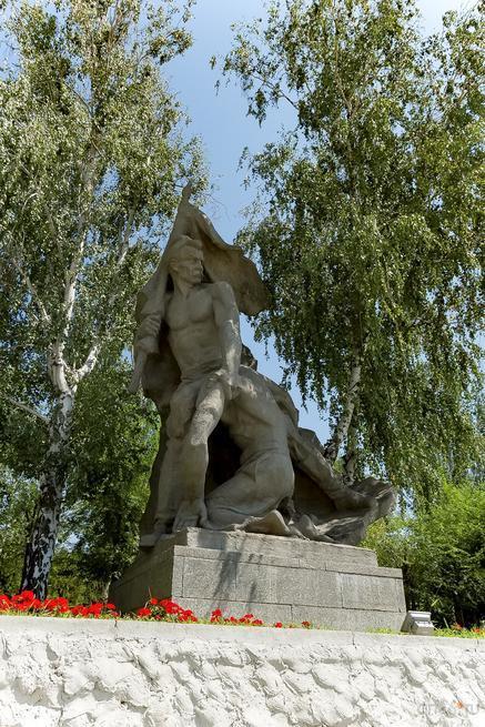 Скульптурная группа: знаменосец и тяжело раненный солдат::Волгогорад. 2015