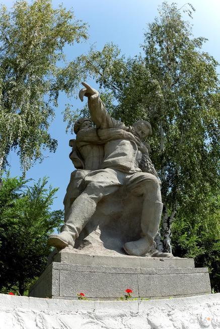 Скульптурная группа: раненый командир, отдающий приказ::Волгогорад. 2015