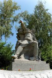 Скульптурная группа: раненый командир, отдающий приказ