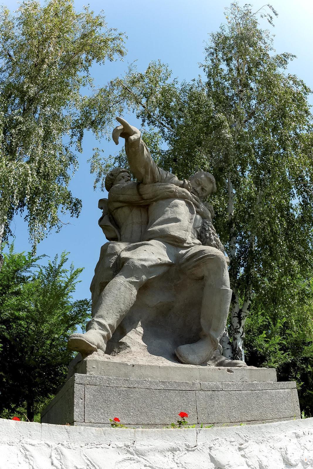 Фото №858403. Скульптурная группа: раненый командир, отдающий приказ
