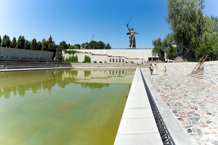 Вид на скульптуру «Родина-мать зовёт» с площади Героев::Волгогорад. 2015