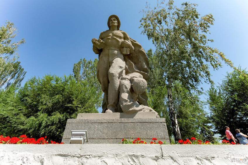 Скульптурная группа: в последний бой::Волгогорад. 2015