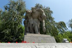 Скульптурная группа: санитарка, выносящая с поля битвы бойца