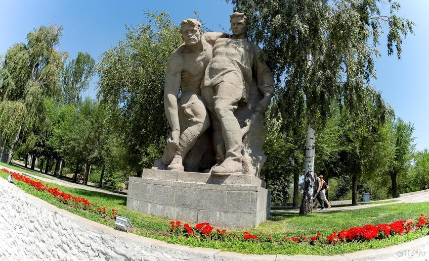 Скульптурная группа: два тяжело раненных бойца идут в последний бой::Волгогорад. 2015