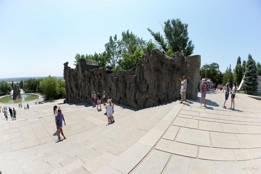 Фото №858445. Стены-руины на Мамаевом кургане выполнены в форме горельефа: фигуры солдат, орудий и танков, вырубленные в стенах