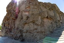 Стены-руины на Мамаевом кургане в форме горельефа