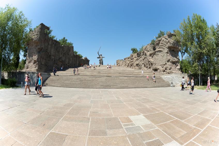 Фото №858463. Лестница, обрамленная двумя горельефами, ведущая к основной скульптуре мемориального комплекса «Родина-мать»