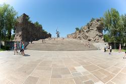 Лестница, обрамленная двумя горельефами, ведущая к основной скульптуре  мемориального комплекса «Родина-мать»
