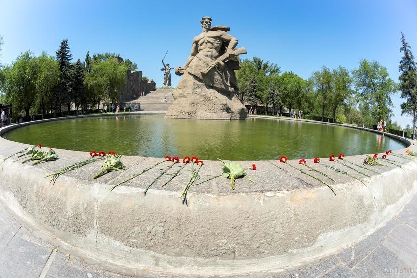 Монументальная скульптура советского воина, площадь «Стоявших насмерть»::Волгогорад. 2015