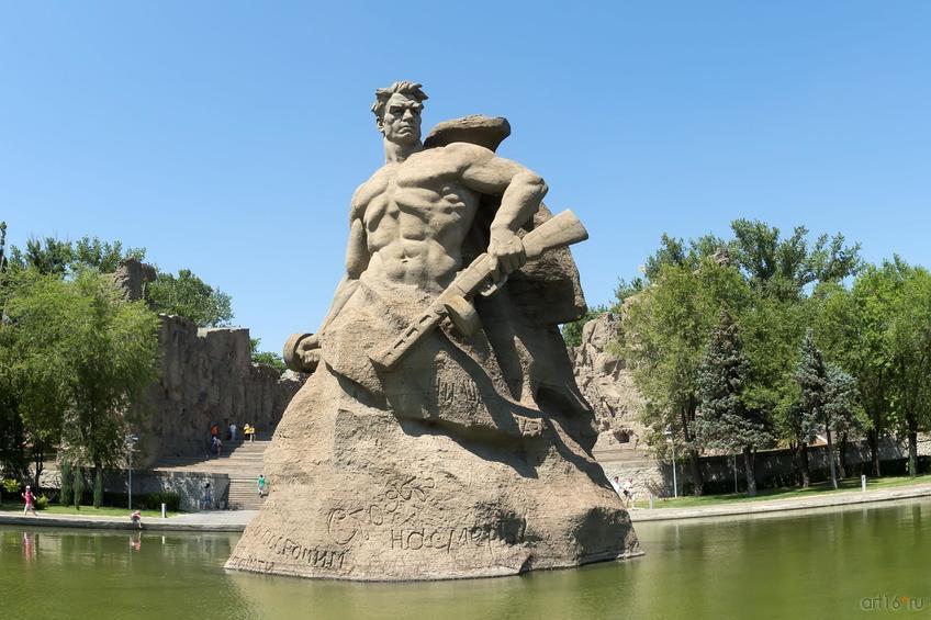 Монументальная скульптура советского воина, площадь «Стоявших насмерть», Мамаев курган::Волгогорад. 2015