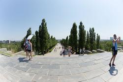 Вид с площади «Стоявших насмерть» на аллею пирамидальных тополей