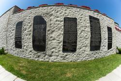 Стена на площади Героев