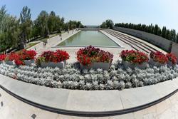 Вид на площадь Героев с площади Скорби
