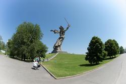 Скульптурный монумент «Родина-мать зовёт»
