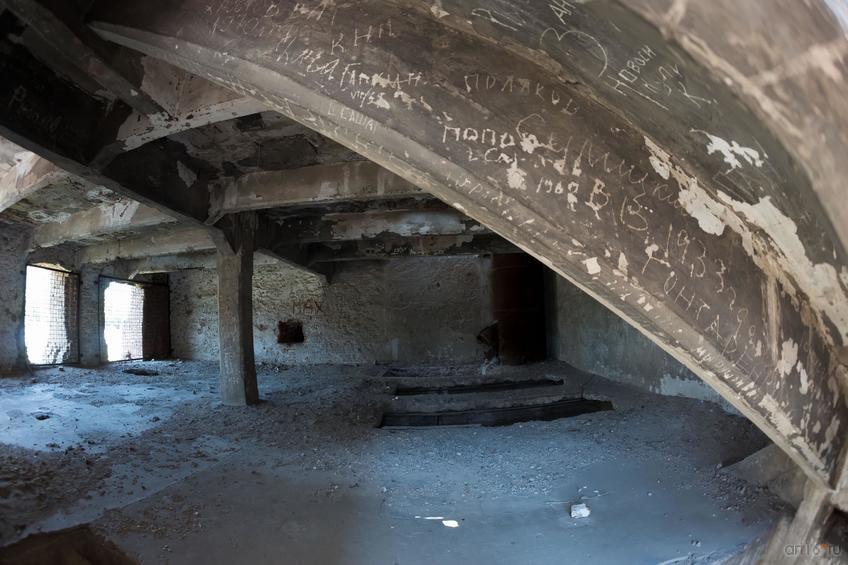 Фото №858667. Руины мельницы (вид через решетку )