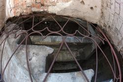 Руины мельницы (вид через решетку )
