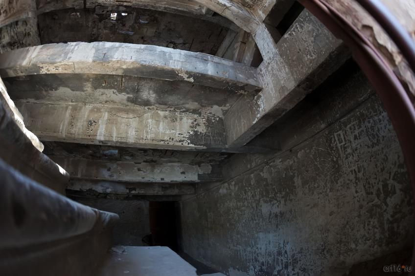 Фото №858679. Руины мельницы (вид через решетку )
