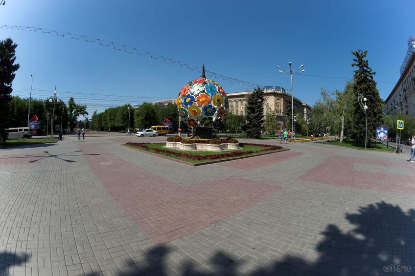 Цветочное дерево  «Дерево Мира» на аллее Героев::Волгогорад. 2015