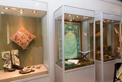 Фрагмент экспозиции. Изделия из кожи, выполненные в технике кожанная мозаика