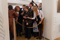 Передача ножниц для разрезания ленточки. Открытие выставки «От Казани до Таоса»
