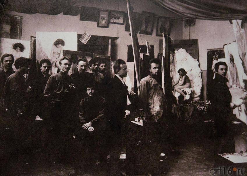 Фото №86584. Николай Фешин с учениками в натурном классе КХШ, 1910-е (фото)