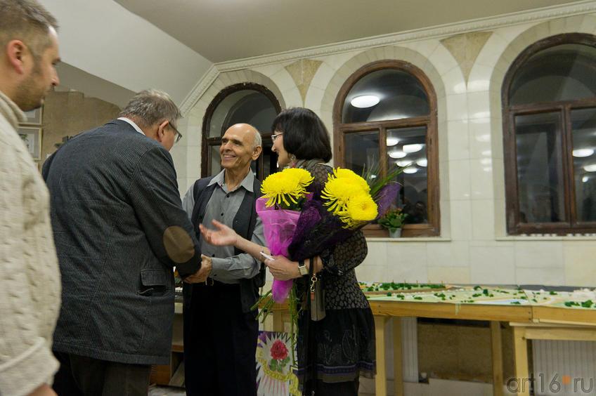 Фото №86916. И.Ханов, Р.Султанова принимают поздравления с открытием выставки от гостей из Польши