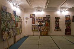 Фрагмент экспозиции выставки В.Тимофеева «Пора тополиного пуха»