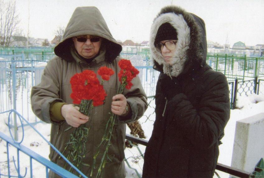 Рашит Ахунов, Наиля Ахунова на татарском кладбище в Арске, 2009::Рашит Ахунов