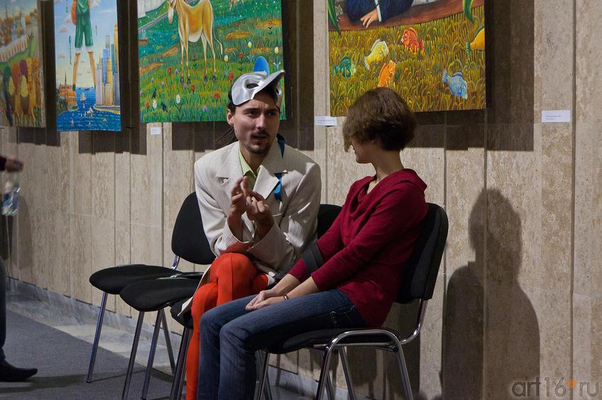 Фото №88238. Беседа  у картин А.Шаймарданова
