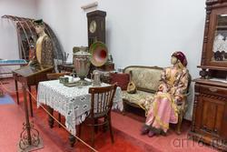 Коллекция старинной мебели кон. XIX-нач XX вв., предметы городского быта, одежда