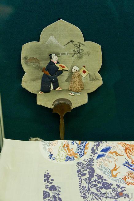Веер с изображением мужчины и мальчика. XIX в.::Японские гравюры