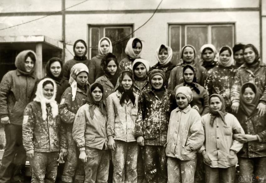 Фото №883206. Бригада штукатуров-маляров З.С.Мансаповой, 1975