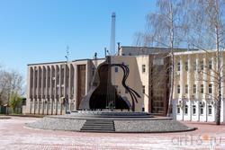 Площадь Владимира Высоцкого,  в центре — памятник В. Высоцкому