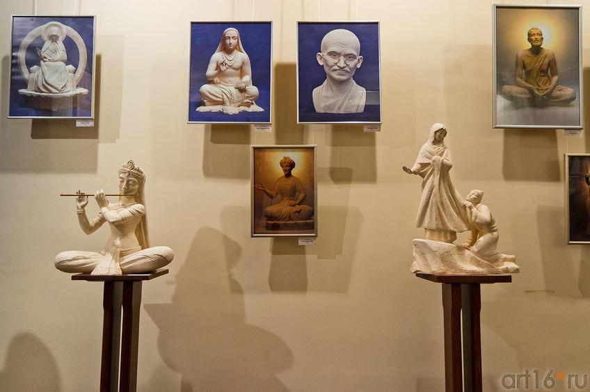 Фото №88672. Фрагмент экспозиции выставки А.Леонова ''Молитва в скульптуре''