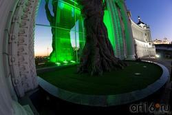 Отражение. Дерево из бронзы, 20 метров с подсветкой. Дворец земледельцев. Казань