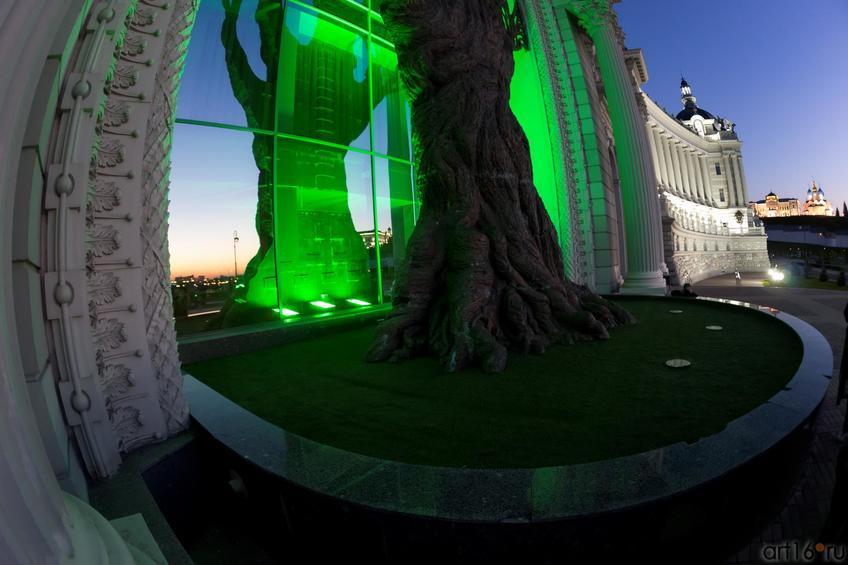 Фото №887050. Отражение. Дерево из бронзы, 20 метров с подсветкой. Дворец земледельцев. Казань