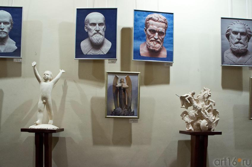 Фото №88732. Фрагмент экспозиции выставки  А.Леонова ''Молитва в скульптуре''
