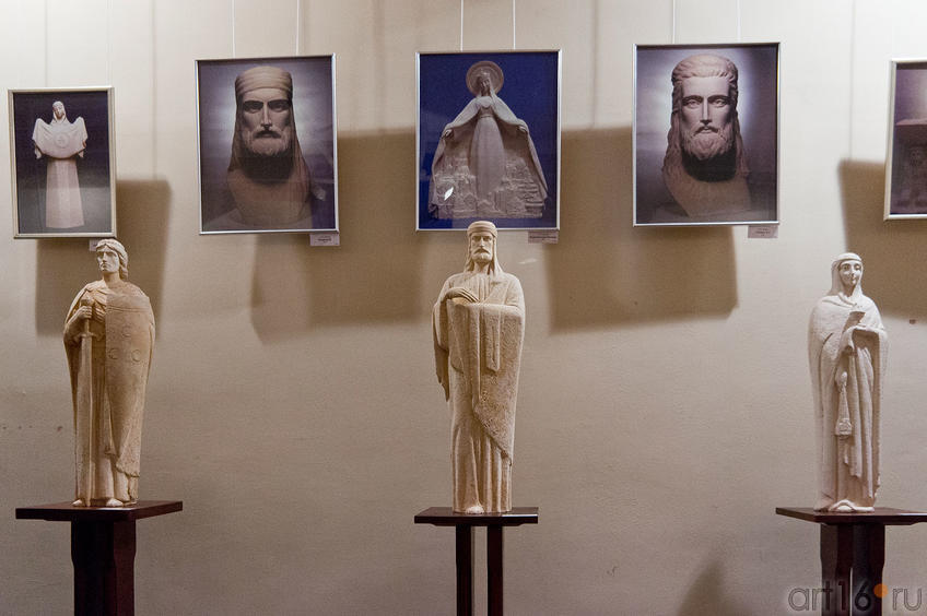 Фото №88807. Фрагмент экспозиции выставки А.Леонова ''Скульптура в молитве''