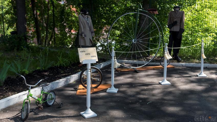 Фото №889560. Паук и Уницикл. Фондовый показ старинных цирковых велосипедов