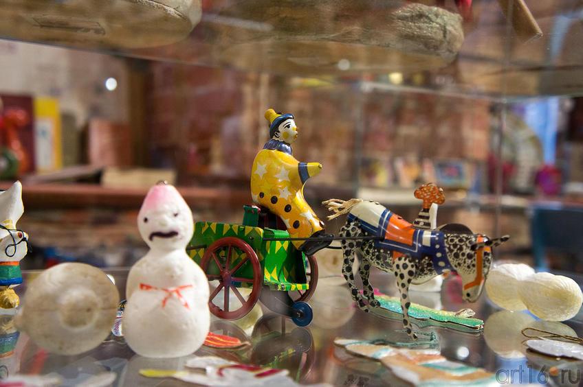 Фото №88995. В центре заводная новогодняя игрушка  ( 1940-1950)