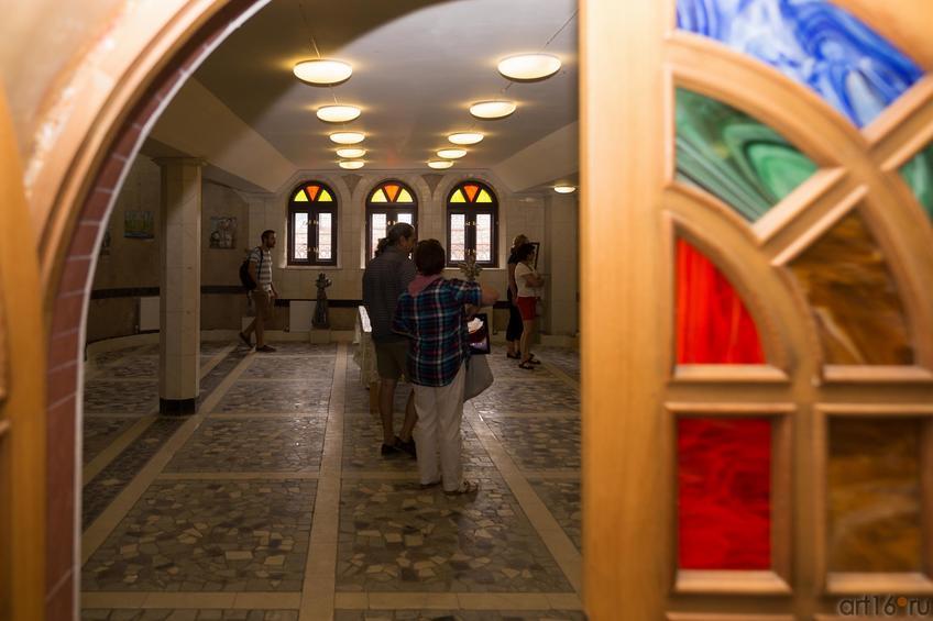 Выставочный зал в Храме всех религий Ильдара Ханова::Виктор Тимофеев. Выставка «Пора тополиного пуха»