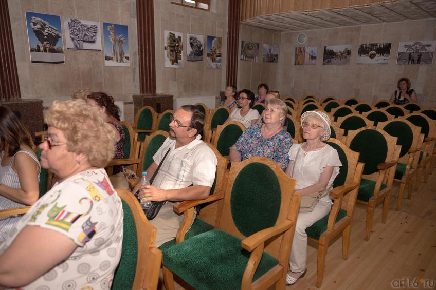 На концерте Евгения Семеновича Скрябина «Песни души»::Виктор Тимофеев. Выставка «Пора тополиного пуха»