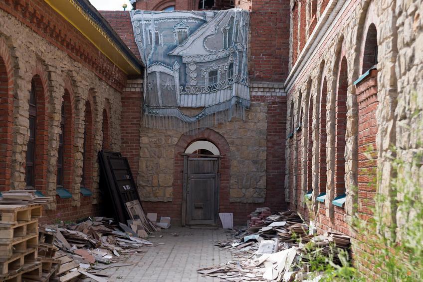 Храм Всех религий Ильдара Ханова. Дворик::Виктор Тимофеев. Выставка «Пора тополиного пуха»